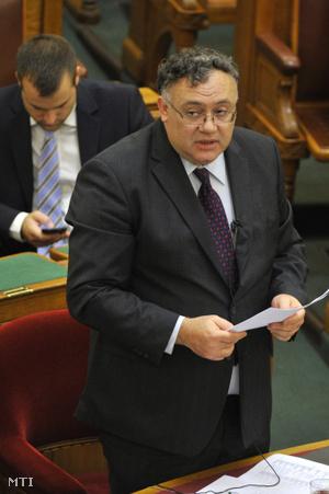 Íjgyártó István a Külgazdasági és Külügyminisztérium államtitkára napirend előtti felszólalásra válaszol az Országgyűlés plenáris ülésén 2015. október 6-án.