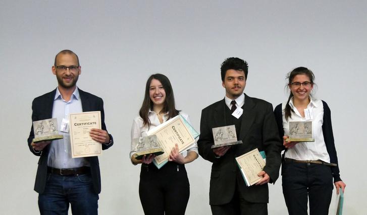 A nyertes csapat az egyik felkészítővel, Ispánovity Péterrel (balra).