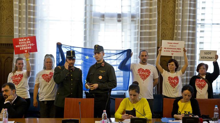 Megzavarták a civiltörvény vitáját a parlamentben, felfüggesztették az ülést