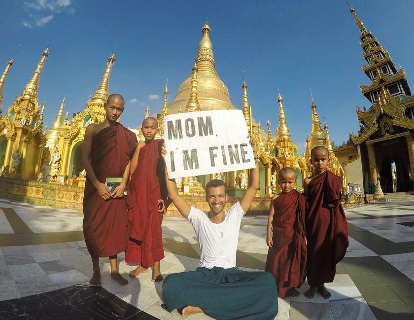 Jonathan útjának csodálatos szakasza volt az ázsiai. A mianmari pagoda előtt például buddhista szerzetestanoncokkal is készíthetett egy fotót, rajta az anyukának szánt üzenettel. Fotó: Instagram/momimfine
