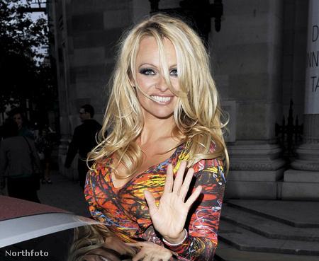 Pamela Anderson távozóban a Vivienne Westwood Red Label bemutatóról