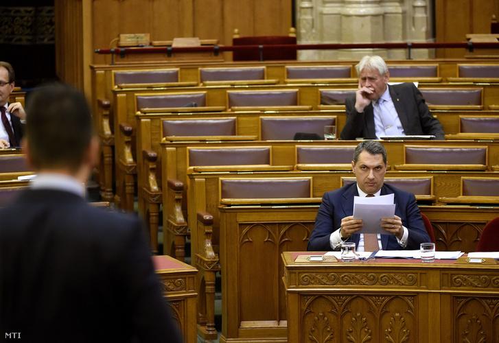 Lázár János a Miniszterelnökséget vezető miniszter (j) az Országgyűlés plenáris ülésén 2017. április 24-én.