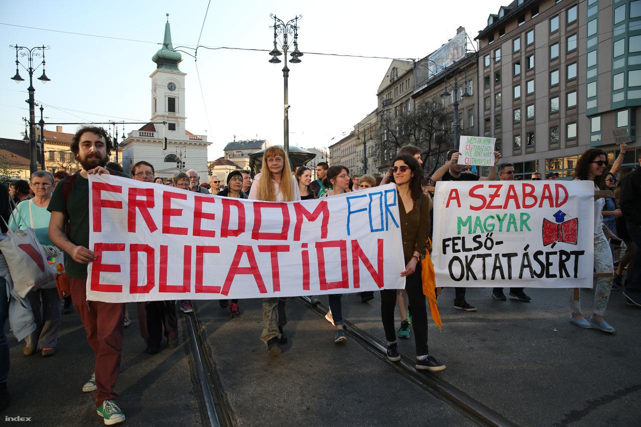 Tüntetés a CEU ellenes törvény ellen 2017. április 2-án.