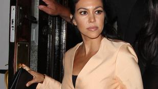 Kourtney Kardashian mellei látványosan utálják a bikinifelsőt