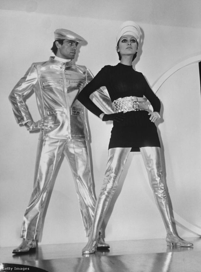 Pierre Cardin 1968-ban mutatta be futurisztikus ezüstruháit Párizsban.