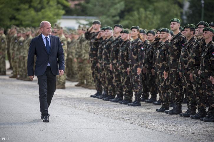 Simicskó István honvédelmi miniszter érkezik az Irakba és Koszovóba induló katonák búcsúztató ünnepségére a tatai Klapka György Lövészdandár laktanyájában 2016. augusztus 1-jén.
