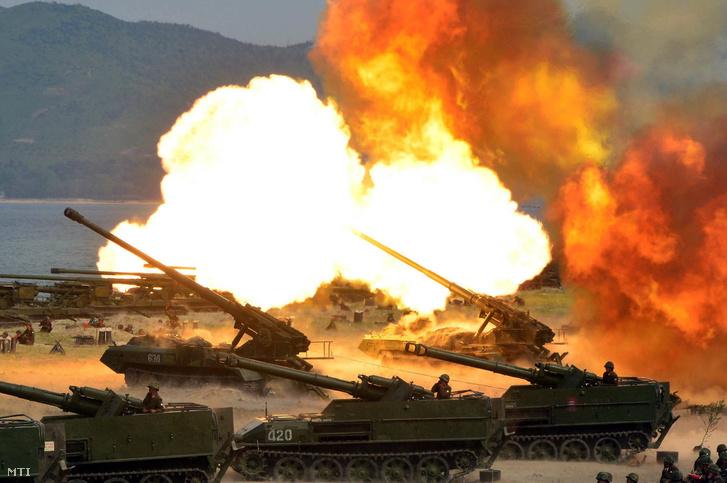 A KCNA észak-koreai hírügynökség által 2017. április 26-án közreadott képe az észak-koreai hadsereg fennállásának 85. évfordulója alkalmából tartott harcászati bemutatóról a keleti partvidéken fekvő Vonszan város közelében április 25-én
