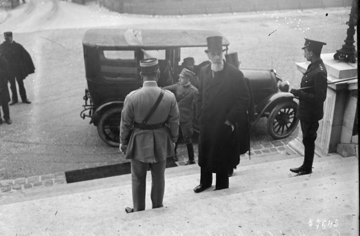 1920. január 15-én Apponyi Albert megérkezik a béketárgyalásra Versailles-ba
