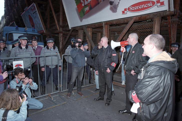 1995. október 23. Szabó Albert a Magyar Népjóléti Szövetség vezetője a Magyar Rádió épületénél a rendőrkordon előtt ismertette a szövetség 12 pontos követelését melyet ádadtak a rádió képviselőjének.