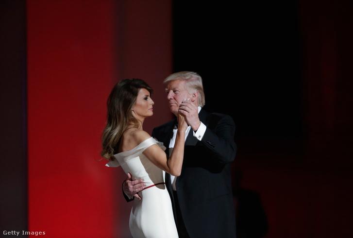 Az első tánc Trump beiktatására tartott ünnepi vacsorán.
