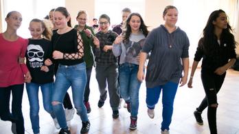 Így készülnek a tértáncos gyerekek Cserdiben a Hősök terére