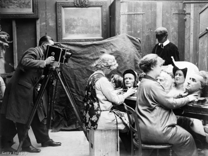 1928: szobrászok dolgoznak a Madame Tussaud londoni múzeumának műhelyében.