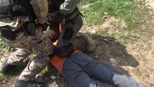 Nem finomkodtak a rendőrök a rablógyilkossággal gyanúsított bandával