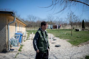 A noszlopi rehab egykori drog- vagy alkoholfüggői lakóinak életét odabent szigorú menetrend szabályozza