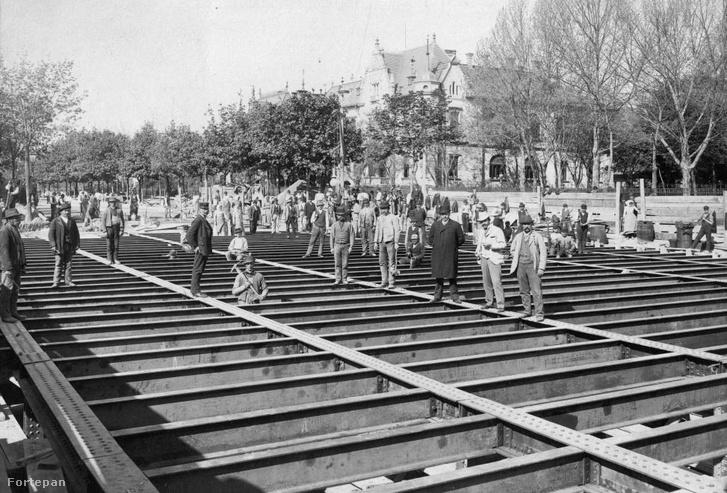 Andrássy út, a Millenniumi földalatti Dózsa György (Aréna) úti állomásának építése, 1895.