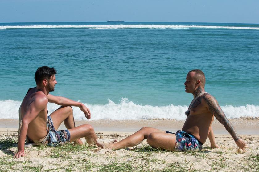 Gergő és Tamás a tengerparton vitatták meg a helyzetet.