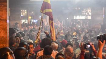 Maszkos tüntetők törtek be a macedón parlamentbe