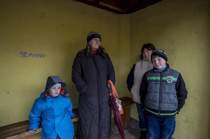 Balról Marika, jobbról pedig Kati áll az unokájával.