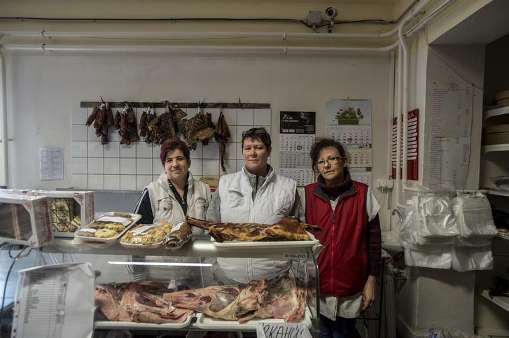 Andrea, Márti és Szilvi a boltban, munka közben politizálnak.