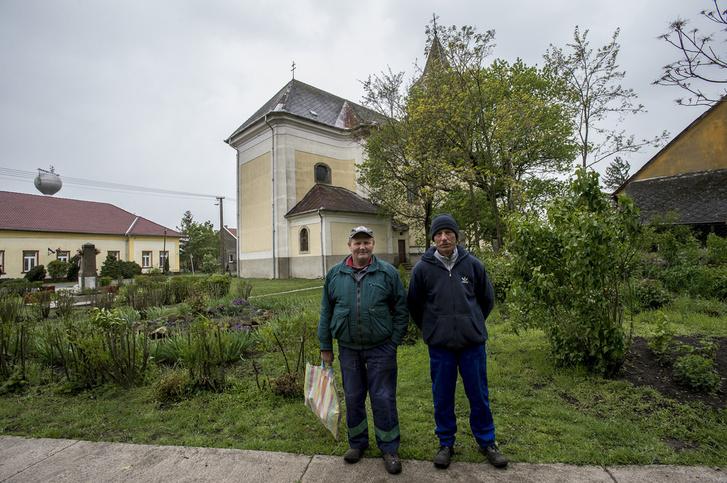 Géza és Gusztáv épp közmunkát végeznek a faluban.