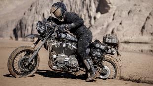 4000 kilométernyi sivatag, homok, kavics és sár - motoron