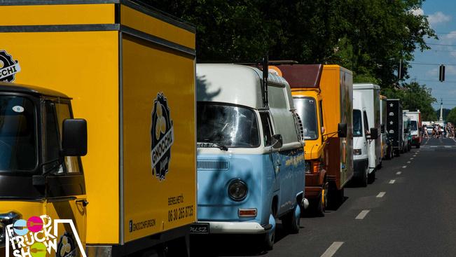 Az Erzsébet-hídon konvojban átgurulva tüntetnek a street food-osok