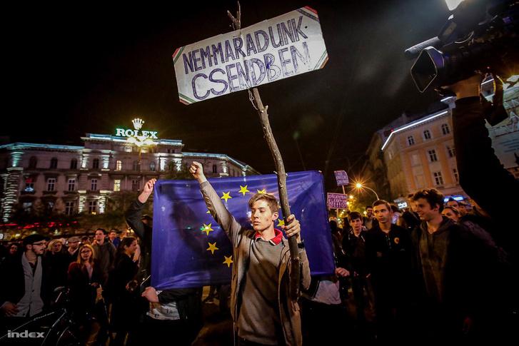 Tüntetők a CEU-ért és a civilekért tartott áprilisi demonstráción