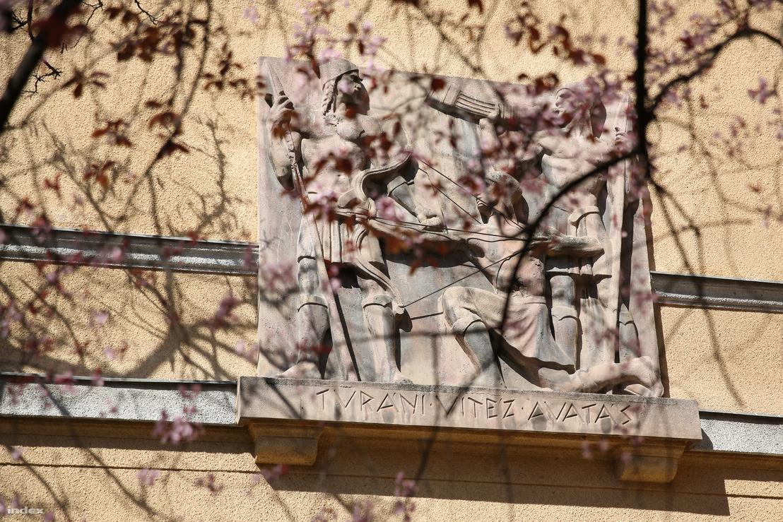 """A """"Turáni vitézavatás"""" dombormű az Eszék utcai Turán-udvar szövetkezeti társasház falán. Ohmann Béla és ifj. Márai Lajos munkája."""