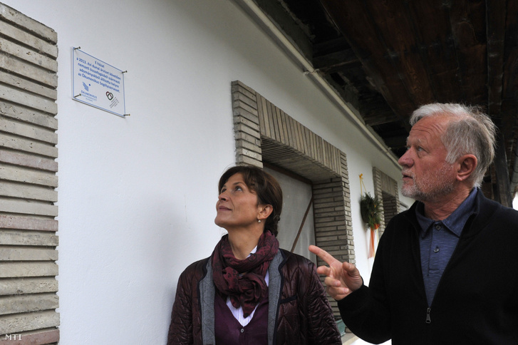 Lehel László az Ökumenikus Segélyszervezet elnök-igazgatója mutatja Hegyi Gáborné felújított házát Lévai Anikónak, Orbán Viktor feleségének a segélyszervezet jószolgálati nagykövetének Dunabogdányban 2013. október 30-án.