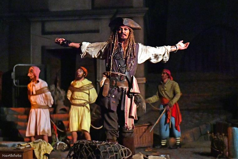 Ehhez nem kellett mást tennie, csak annyit, hogy a Disneyland beöltözött Jack Sparrow kapitánynak.