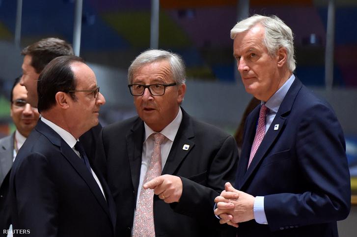 Michel Barnier (jobb szélen), az Európai Unió brexites főtárgyalója, Jean-Claude Juncker, az Európai Bizottság elnöke (középen) és Francois Hollande, francia elnök (balra) beszélgetnek a szombati Brexit-csúcson
