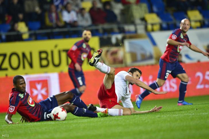 A székefehérvári Souza Dos Santos Paulo Vinicius (b) és a debreceni Ioan-Constantin Filip az OTP Bank Liga 29. fordulójában játszott Videoton FC - Debreceni VSC labdarugó-mérkőzésen a felcsúti Pancho Arénában 2017. április 29-én.