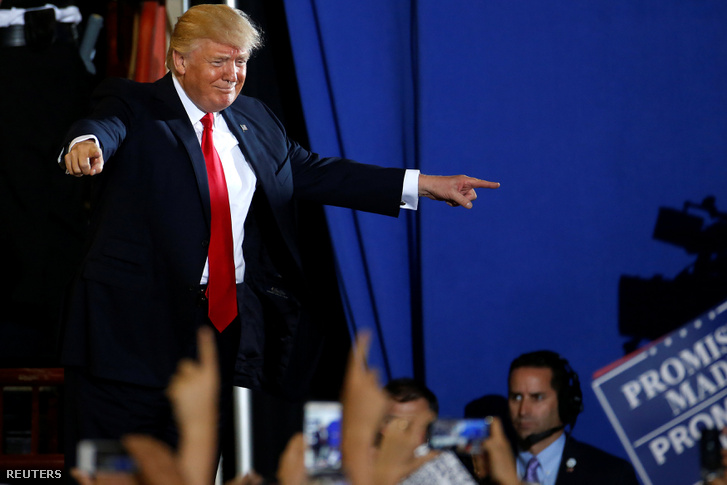 Donald Trump az elnöksége századik napja után tartott kampányeseményen köszönti a rajongóit