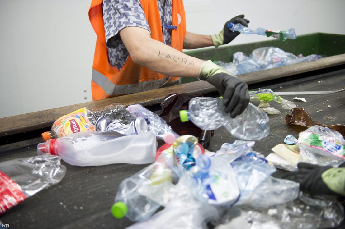 Büntetését töltő fogvatartott válogatja szét a szelektív gyûjtésből származó papír- műanyag- és fémhulladékot a Fővárosi Közterület-fenntartó Nonprofit Zrt. hulladékválogatójában