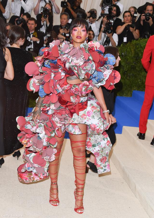Nem sok helyre tudjuk elképzelni a Commes des Garçons kreációját a vörös szőnyegen kívül, de Rihanna kétségkívül tudta viselni a különleges darabot, amihez még ez a láb tekerős szandál sem mutatott annyira rosszul.
