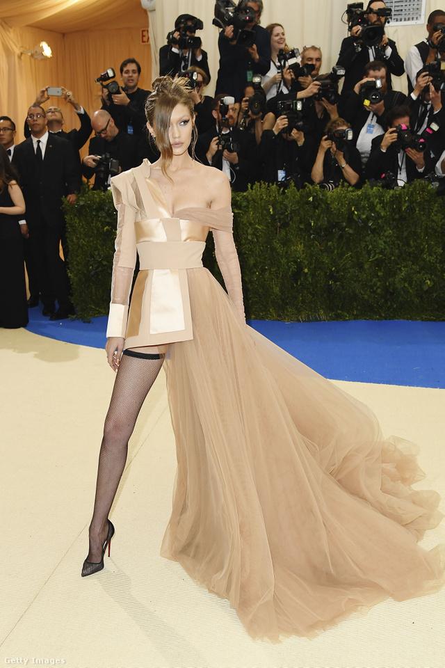 A tavalyi évben az év modelljének kikiáltott Gigi Hadid avantgárd hatást keltett ebben a necc harisnyával kombinált, felemás Tommy Hilfiger kreációban.