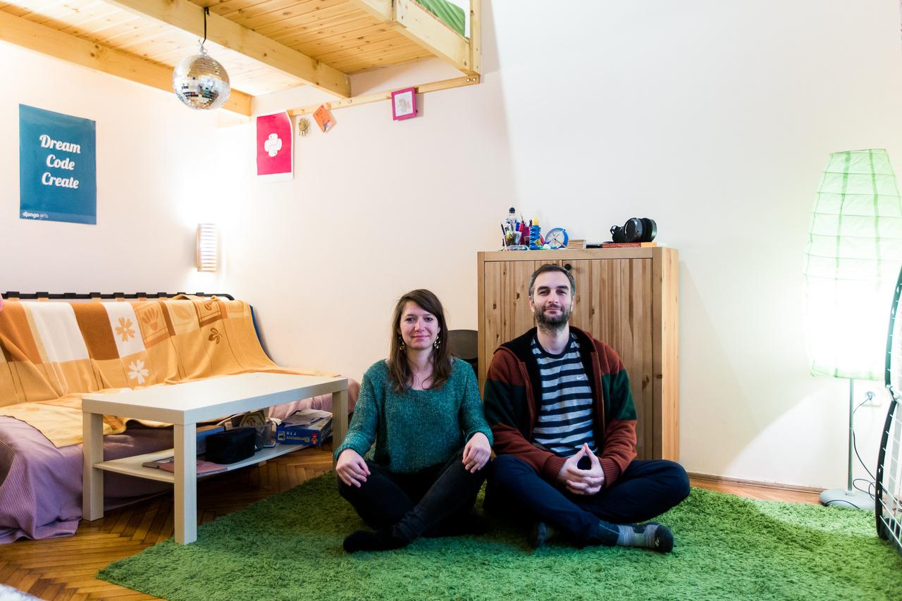 Orsi és AlonsoOrsi a CEU-n folytatott hálózatkutatási tanulmányai közben volt 2016 júniusától Erasmus szakmai gyakorlaton Barcelonában. Itt ismerte meg a 31 éves venezuelai-spanyol programozó barátját, Alonsót. 2016 végétől élnek felváltva Budapesten és Barcelonában, de nyáron hosszútávra Barcelonába költöznek.