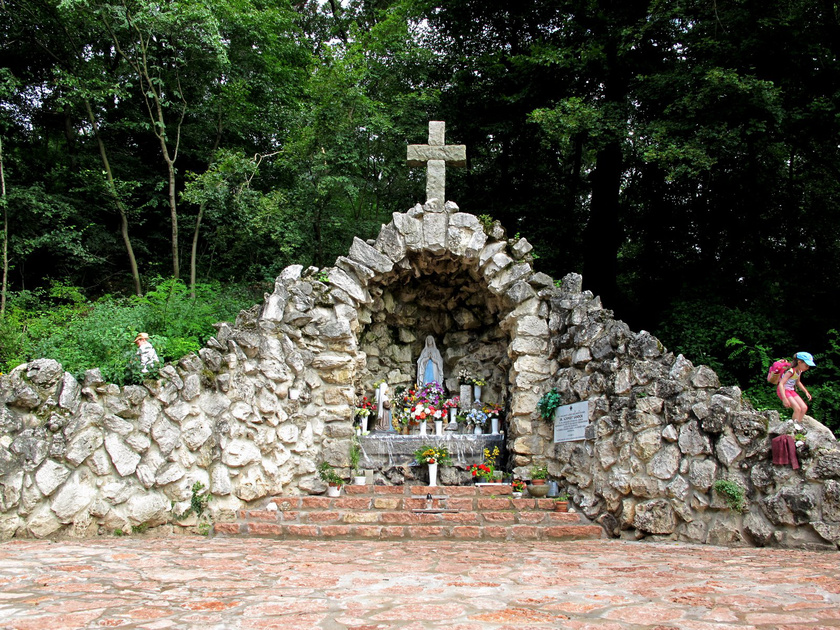 Péliföldszentkereszt a nyugalom szigete. Szentkútjánál egy csodát is feljegyeztek: 1730 májusában egy sántán született kisfiú gyógyult meg itt.