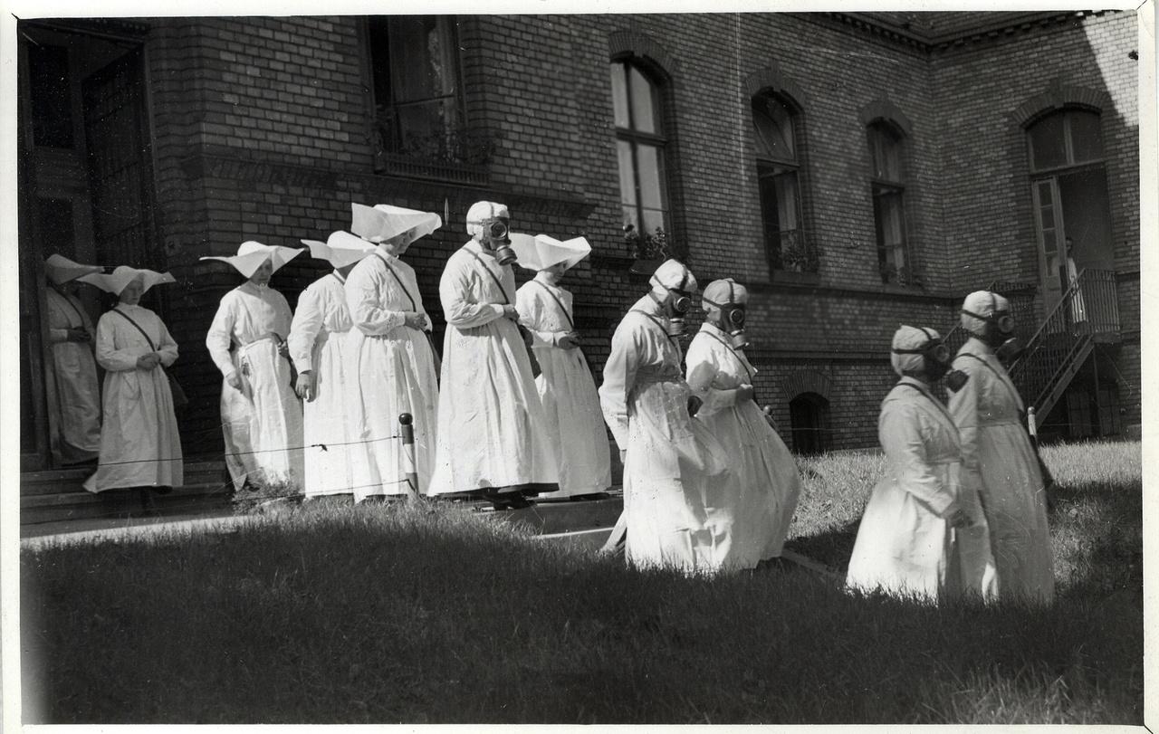 Budapest, 1940-es évek eleje                         Irgalmas nővérek polgári védelmi gyakorlaton