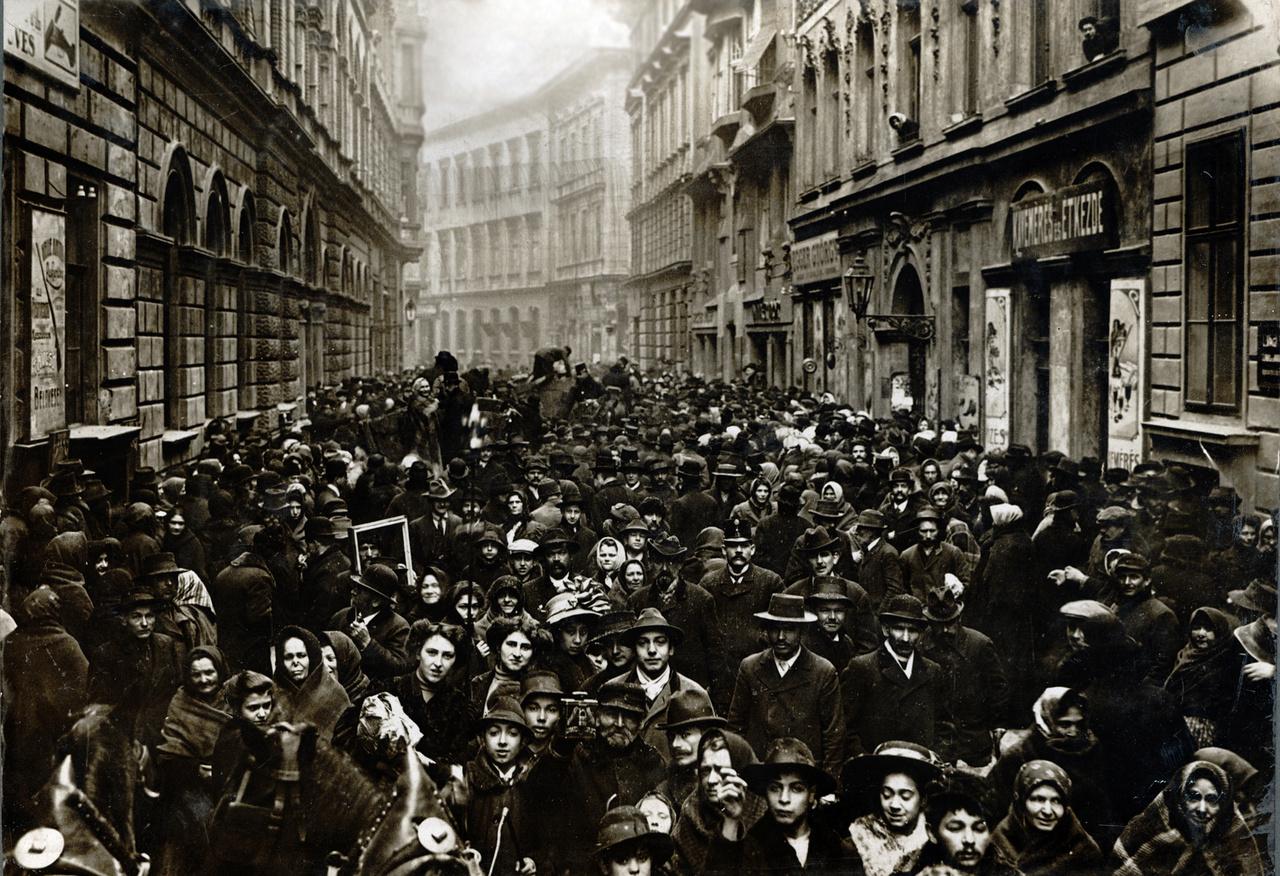 Síp utca, 1911                         Rothschild által a pesti zsidóknak hagyományozott 100 ezer korona kiosztásakor