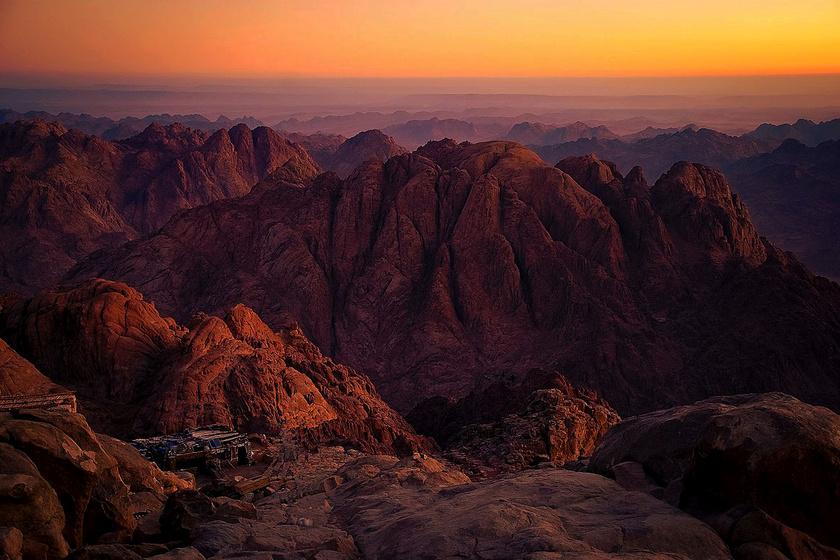A Hóreb vagy Sínai-hegy néven ismert egyiptomi magaslaton kapta a Biblia szerint Mózes a tízparancsolatot, ám a Koránban is különleges, szent helyként említik.