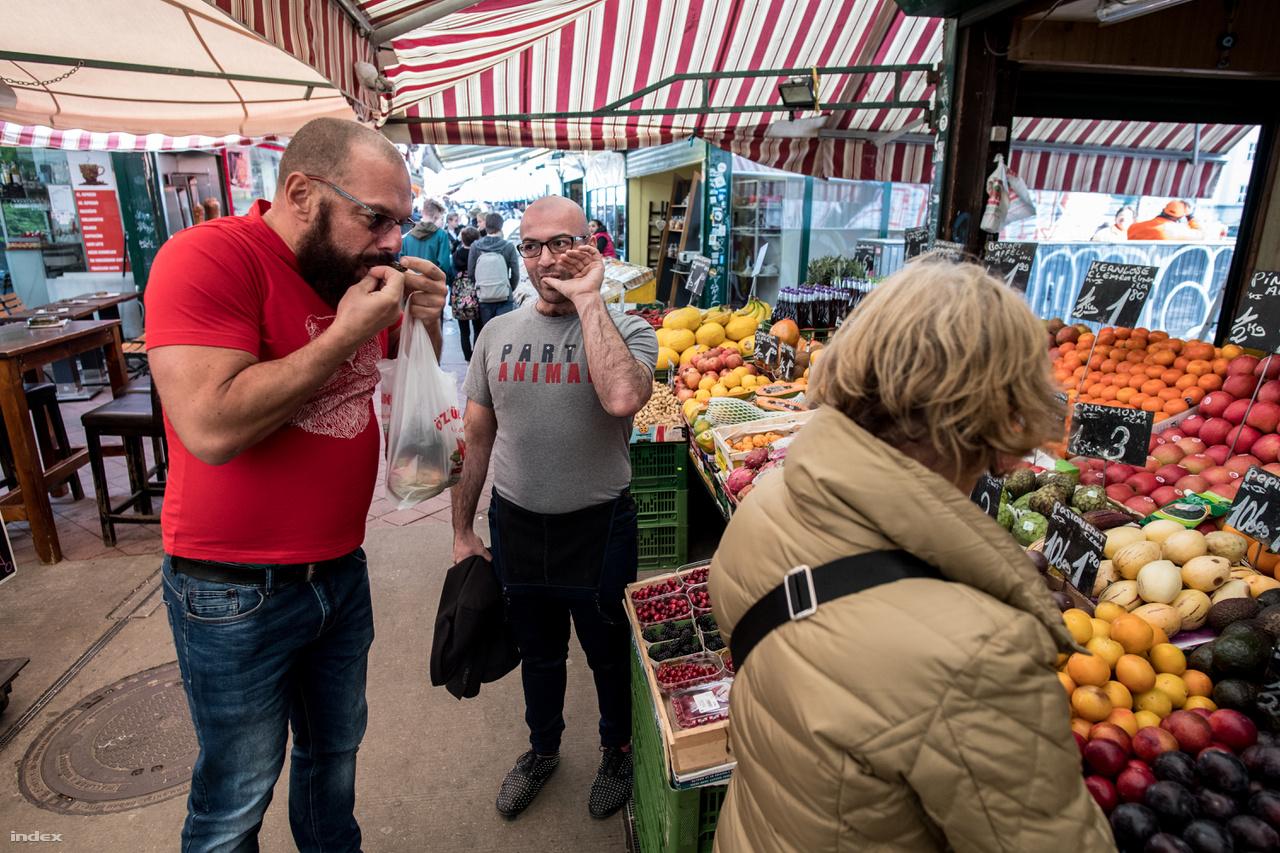 Csaba (pirosban) magyar, Gabriel osztrák, egy éve szeretik egymást, az első pillanat óta ingáznak a két főváros között, kétlaki életet élnek. Csaba hétköznap Budapesten van, Gabriel pedig Bécsben, de a hétvégéket mindig együtt töltik. A bécsi Naschmarkton megbámulják őket, amikor kézen fogva válogatnak a különleges zöldségek, illatos sajtok és ínycsiklandó húsáruk között. Nemcsak azért, mert ők melegek, hanem mert kifejezetten férfias melegek. A homoszexuálisok medve nevű csoportjába tartozónak érzik magukat, ennek a közösségnek a tagjai mind erős testfelépítésű, az arcszőrzetükre különös figyelmet fordító meleg férfiak.