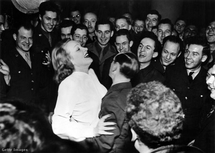 Egy amerikai katona táncol marlene Dietrich-hel
