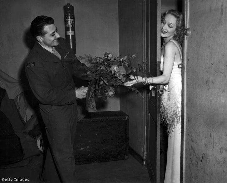 Marlene Dietrich virágot kap az öltözője ajtajában