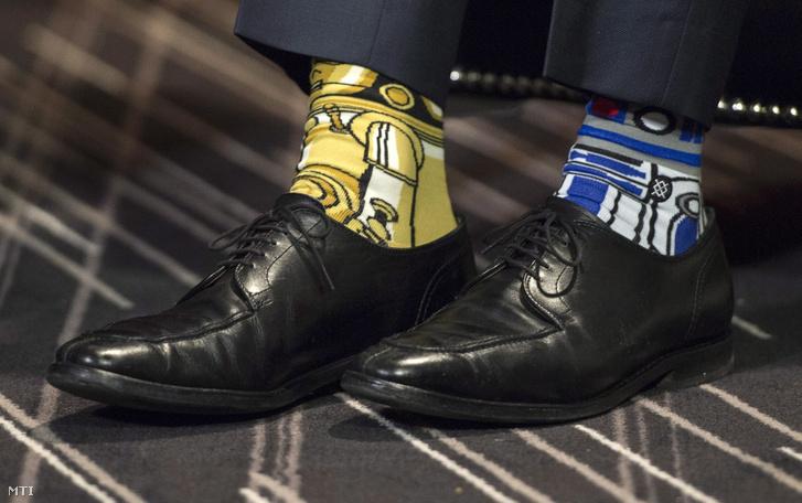 Justin Trudeau kanadai miniszterelnök a Csillagok háborúja című amerikai filmeposzra utaló mintázatú zokniban az Enda Kenny ír kormányfővel tartott montreali találkozóján 2017. május 4-én.                         Fotó: Paul Chiasson / MTI