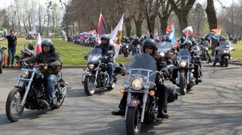 A lengyelek kitiltották őket, nálunk vígan koszorúztak Putyin motorosai