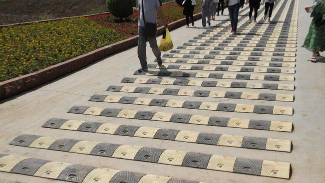 Fekvőrendőrökkel kényszerítik a turistákat a látványosságok melletti elidőzésre
