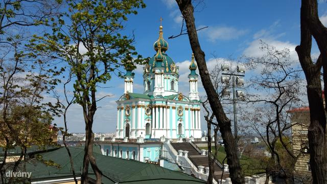 A Szent András-templom félő, hogy szépen lassan megsüllyed, pedig az egész környék belátható innen.