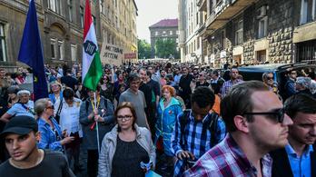 Több százan tüntettek a 444 meglökdösött újságírónője miatt