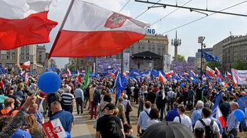 Kormányellenes tüntetést tartottak Varsóban az európai Lengyelországért